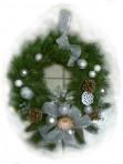 Bielostrieborný závesný vianočný veniec