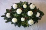 Biely oválny aranžmán s chryzantémami