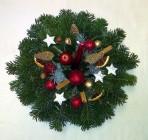 Vianočný aranžmán s bielymi hviezdičkami